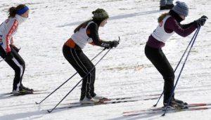 Chicas practicando esquí